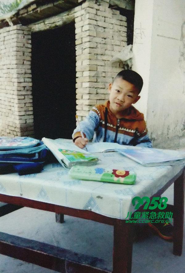 樊天恩,男,新疆省乌鲁木齐市人,出生于2007年10月5日,脑瘫。 8岁的天恩,上小学一年级,聪明伶俐的他在班里很受老师和同学的喜爱,行动不便的他每天由妈妈送教室里,每次只能在教室看着同学们在操场上做操,上体育课,他多希望能和同学们一起在操场上做游戏,奔跑。 上天的恩赐 樊新保和妻子多年求子无果,终于在他们40岁时才有的这个儿子,这是上天恩赐给他们最好的礼物,便起名樊天恩。他们更加的疼爱这个孩子,真是捧在手里怕掉了,含在嘴里怕化了,妈妈每天小心翼翼的照顾着天恩。天恩的出生,给樊新保和妻子的生活增添了许多快
