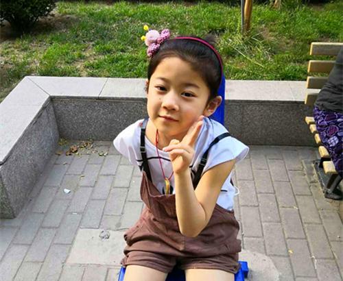 小女儿佑娴是个活泼可爱的女孩,在学校老师经常夸她有